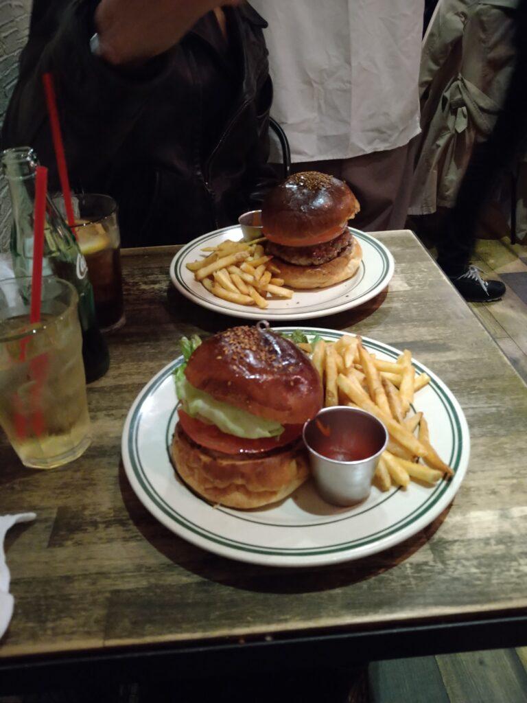 テーブルの上に並ぶハンバーガー